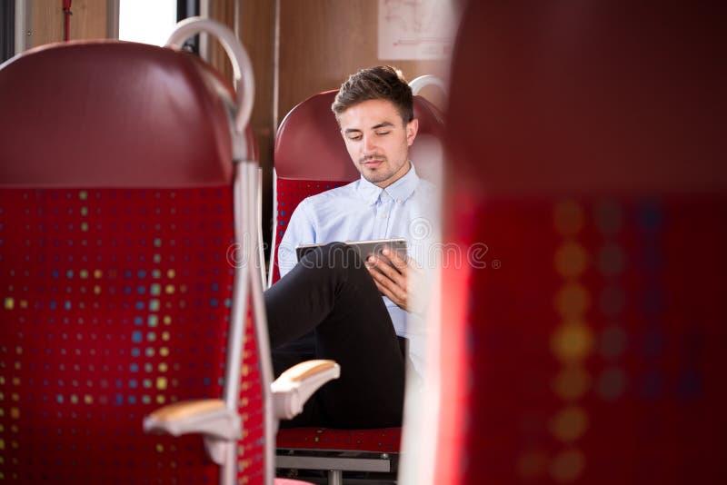 旅行乘公共汽车的商人 库存照片