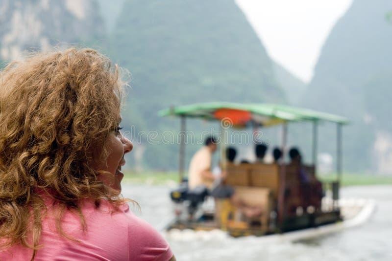旅行乘在河的小船的妇女在中国,阳朔 免版税库存照片