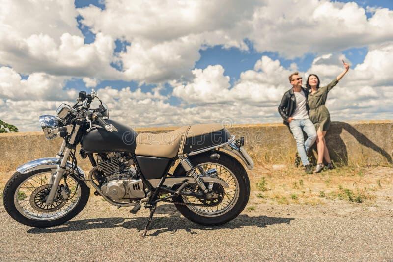 旅行乘摩托车的年轻夫妇 免版税图库摄影