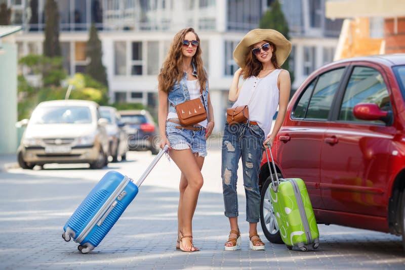 旅行乘汽车的两名妇女 库存照片