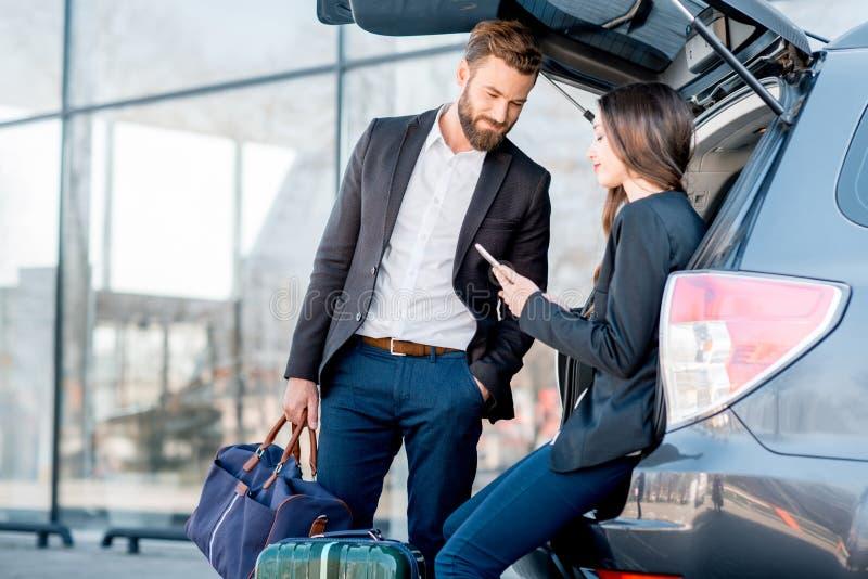旅行乘汽车的企业夫妇 免版税库存图片