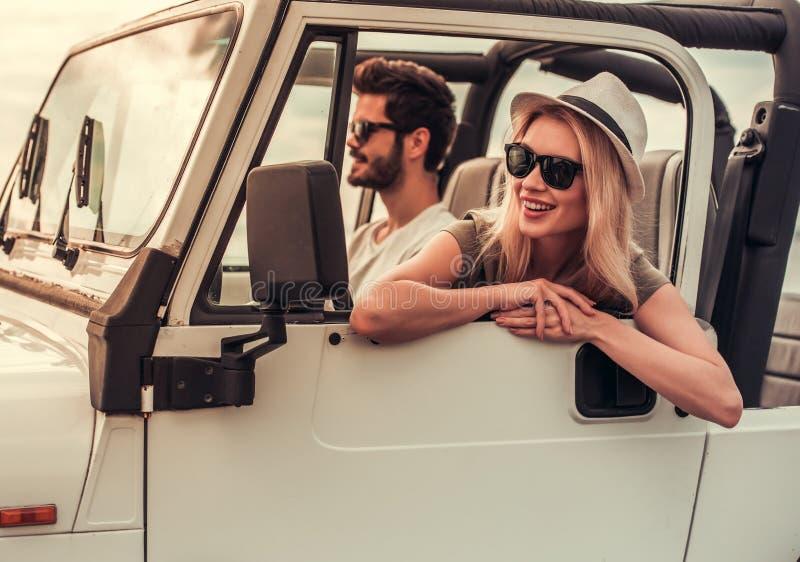 旅行乘汽车的夫妇 免版税库存图片