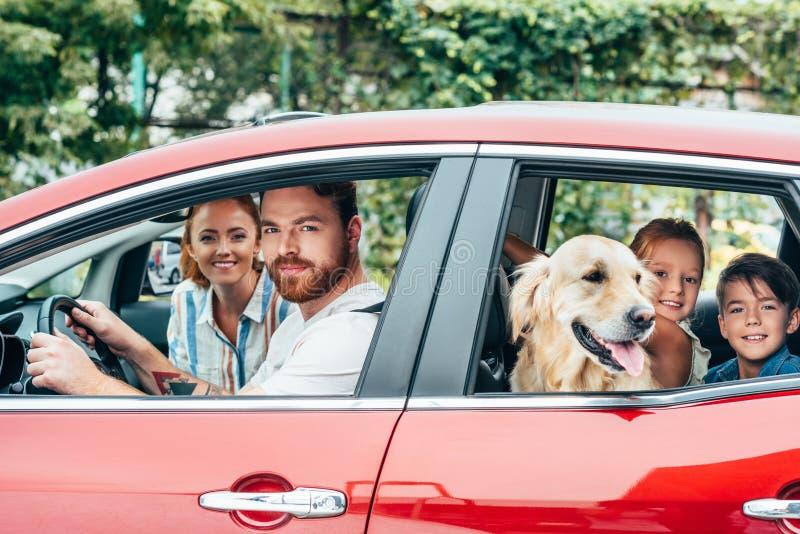 旅行乘汽车的愉快的年轻家庭 免版税库存图片