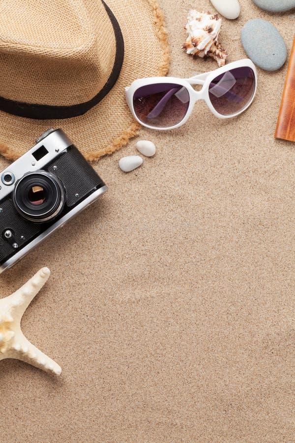 旅行假期与太阳镜、帽子、护照、照相机和海星的背景概念在沙子背景 与拷贝空间的顶视图 库存照片