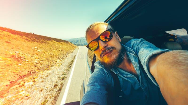 旅行假期假日概念 做自已的一个英俊的年轻人 免版税库存照片