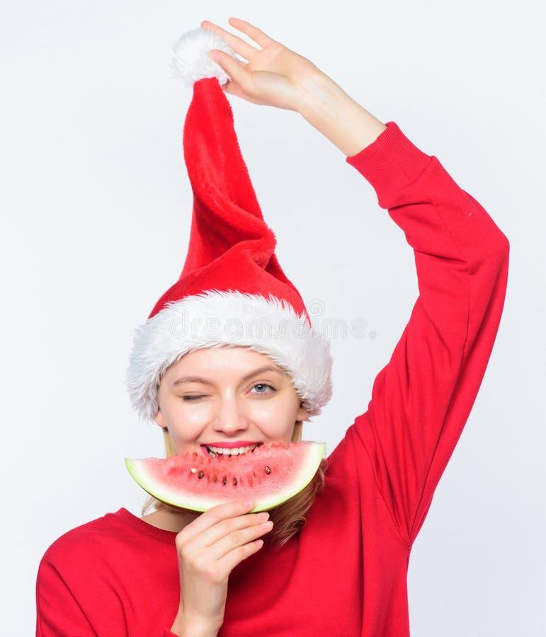 旅行假期和度假胜地 圣诞节女孩吃西瓜   异乎寻常 免版税库存照片