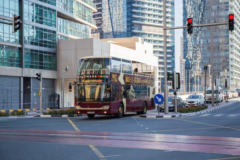 旅行公共汽车在迪拜小游艇船坞区域  免版税图库摄影