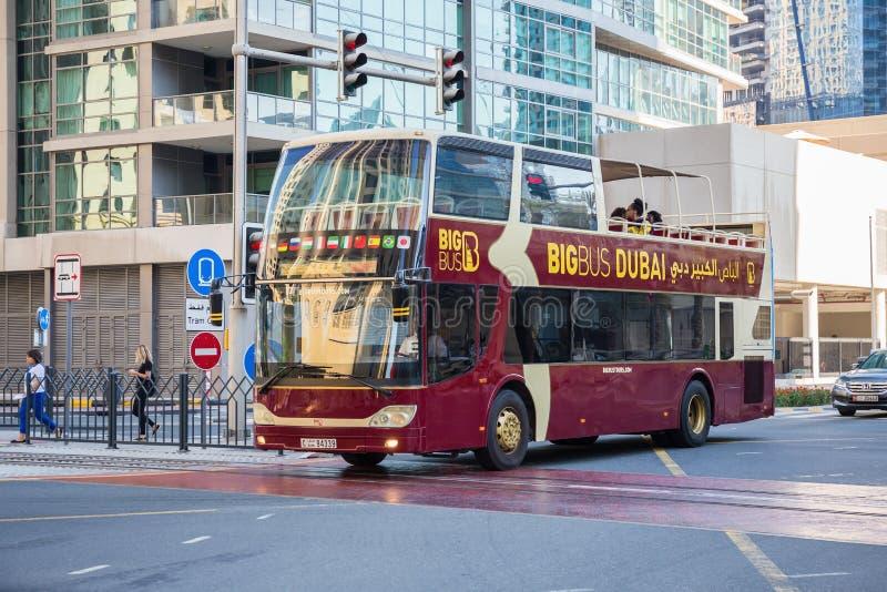 旅行公共汽车在迪拜小游艇船坞区域  库存照片