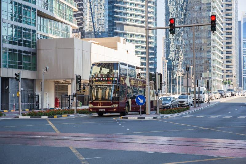 旅行公共汽车在迪拜小游艇船坞区域  免版税库存照片