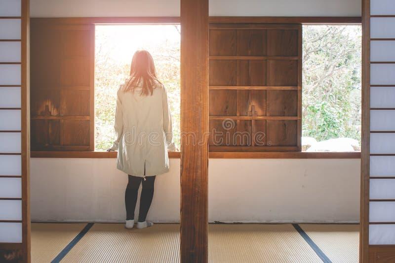 旅行冬天假期概念:画象亚洲妇女旅客感觉享用和与假日旅行的幸福 免版税库存照片