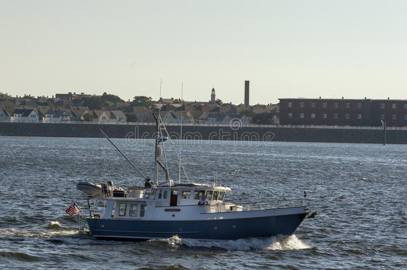旅行向上游在Acu的蓝色和白色马达游艇埃米莉雍容 图库摄影