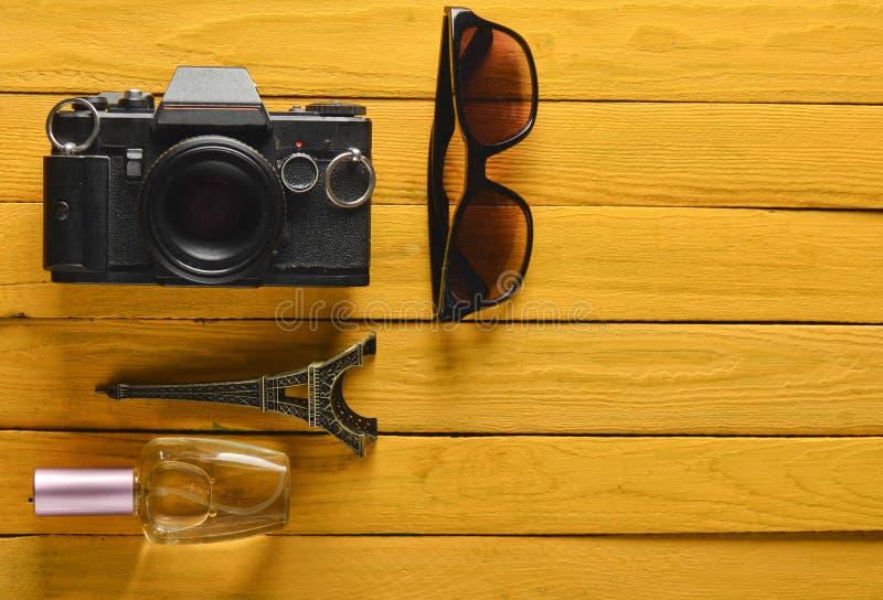 旅行向法国,巴黎 摄制照相机,太阳镜,香水瓶,艾菲尔铁塔纪念品雕象  图库摄影