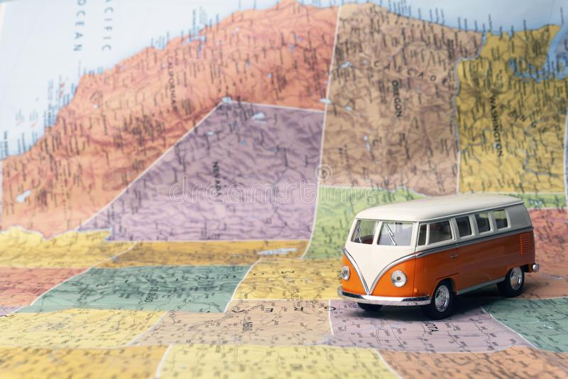 旅行向美国美国 在美国的地图的嬉皮公共汽车 r 图库摄影