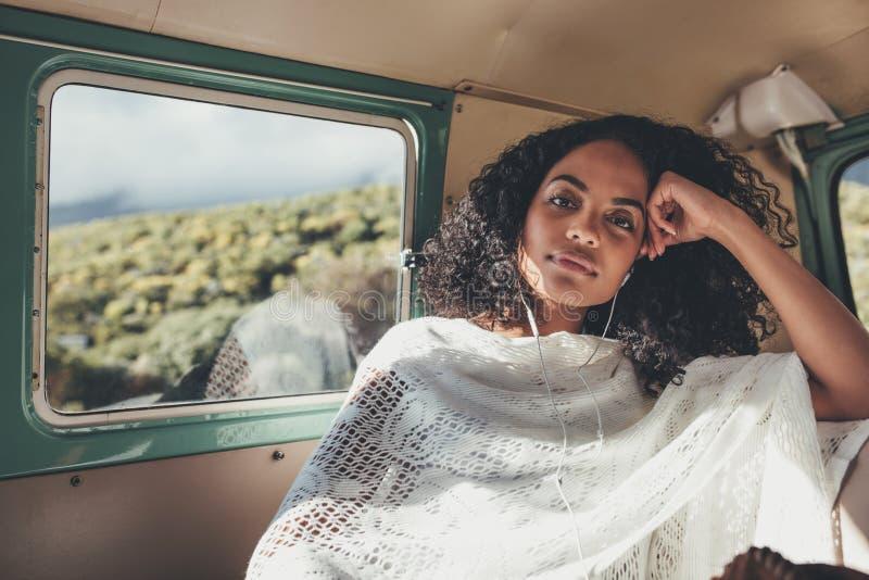 旅行听的音乐的妇女 库存照片