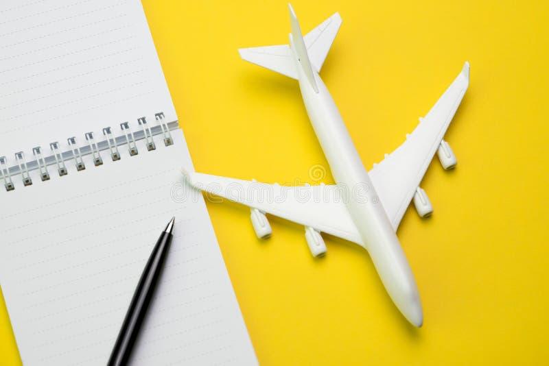 旅行和假日绊倒在舱内甲板位置概念,在whi的笔的计划 免版税库存照片