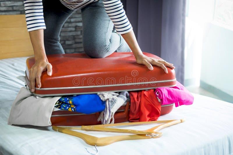 旅行和假期概念、幸福妇女包装材料和a 免版税库存照片