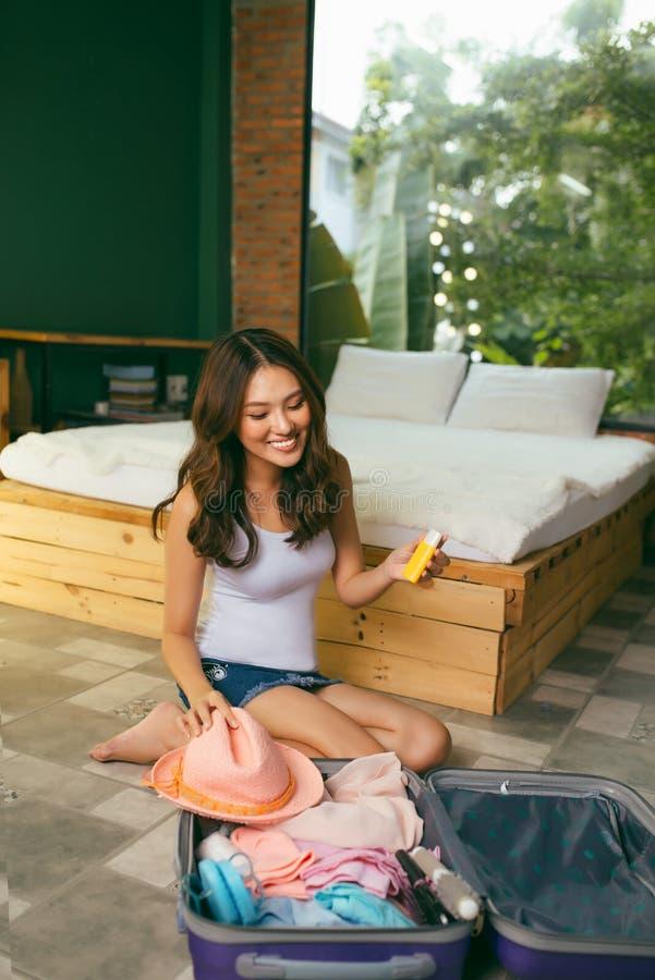 旅行和假期概念、幸福妇女包装材料和a 免版税库存图片