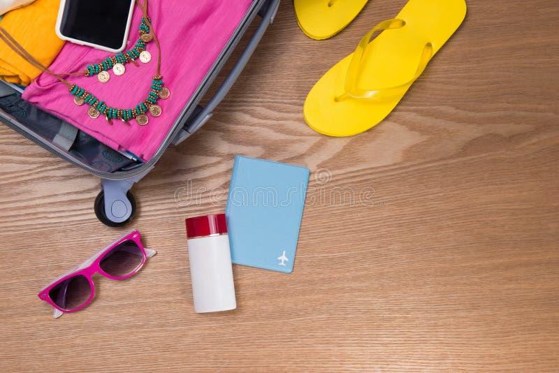 旅行和假期概念 打开旅客与衣物的` s袋子, 库存照片
