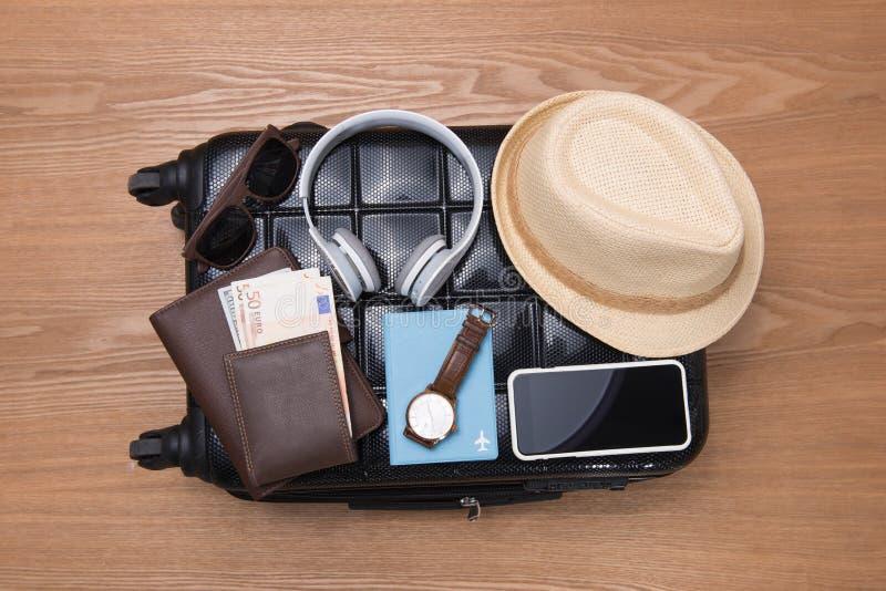 旅行和假期概念 打开旅客与衣物的` s袋子, 库存图片