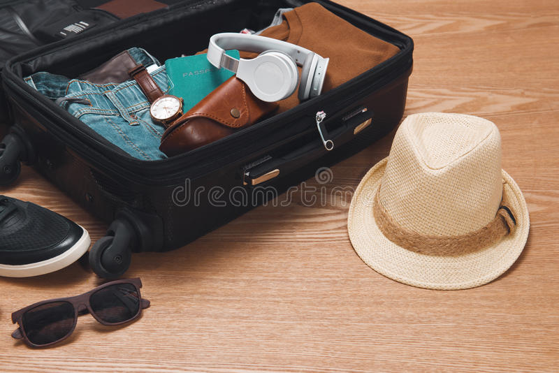 旅行和假期概念 打开旅客与衣物的` s袋子 库存图片