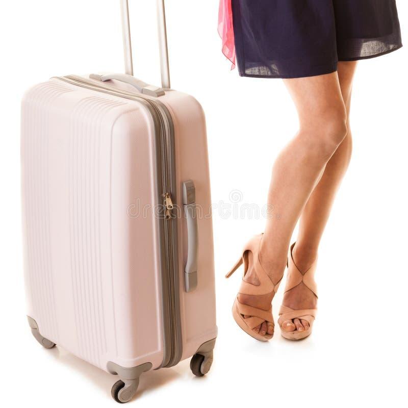 旅行和假期 有手提箱袋子的女性腿 免版税库存图片