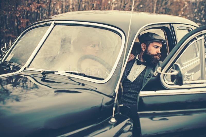 旅行和出差或者栓远足 有胡子的男人和性感的妇女汽车的 女孩的伴游由安全的 耦合爱 库存图片