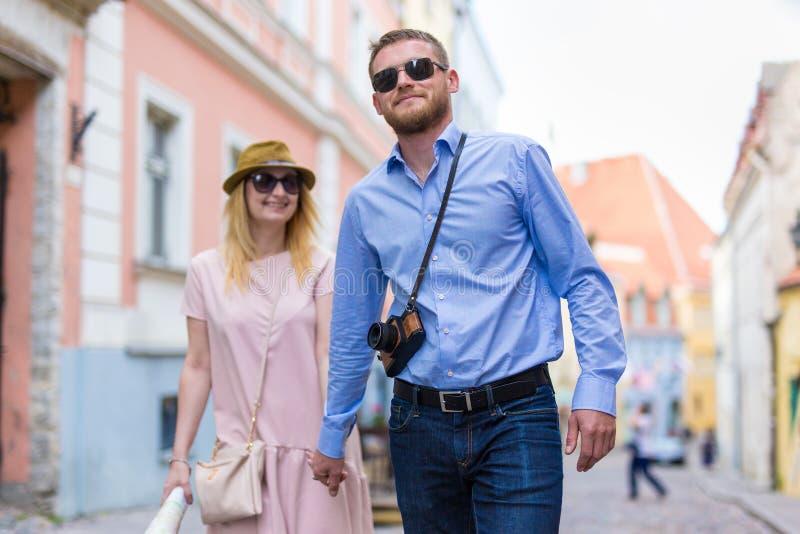 旅行和旅游业概念-游人走和expl夫妇  图库摄影