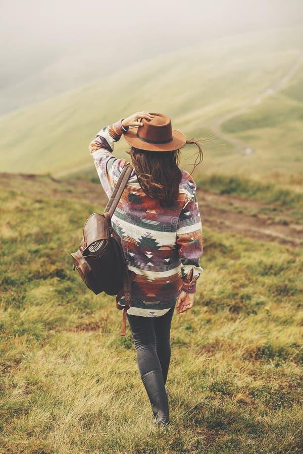 旅行和旅行癖概念 拿着帽子的时髦的旅客女孩 库存图片
