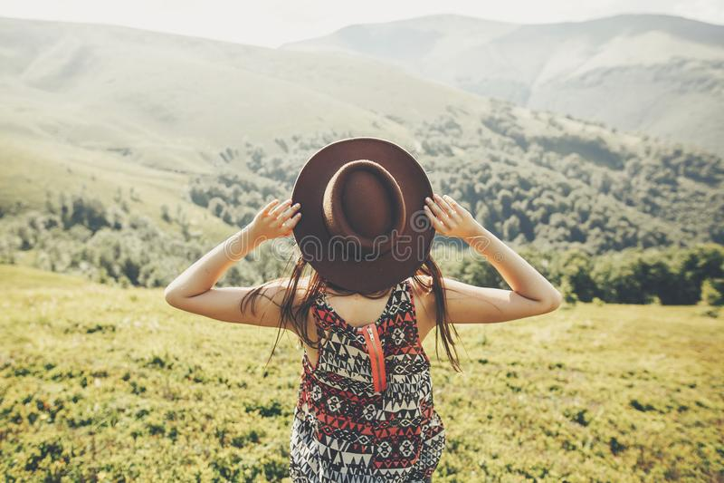 旅行和旅行癖概念 旅客拿着帽子的行家女孩 免版税库存图片