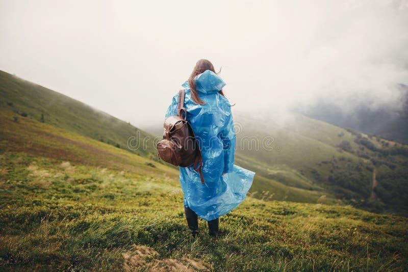 旅行和旅行癖概念 旅客蓝色rai的行家女孩 免版税库存照片