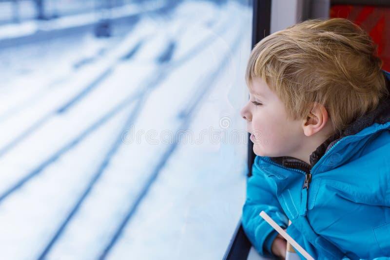 旅行和看火车窗口outsi的可爱的小孩 免版税库存图片