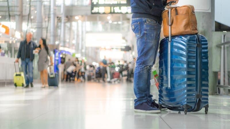 旅行和终端机场概念-年轻英俊的亚洲旅客人的关闭站立在现代终端的便衣的 库存图片