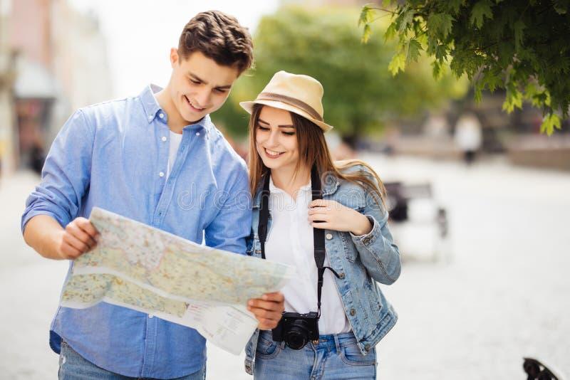 旅行和观光在新的城市的美好的夫妇 免版税图库摄影