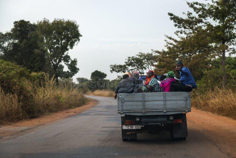 旅行在一辆卡车背后的人在几内亚比绍的奥约区 图库摄影