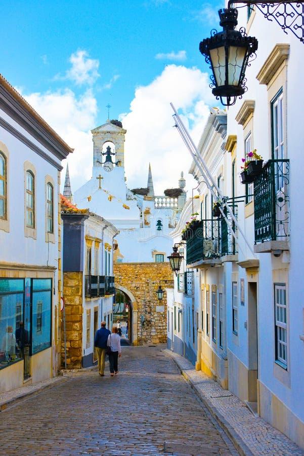旅行在中世纪墙壁,地中海建筑学里面的葡萄牙,法鲁历史大厦 免版税库存图片