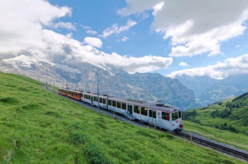旅行在从Jungfraujoch欧洲驻地上面的著名少女峰铁路的嵌齿轮轮子火车  免版税库存图片