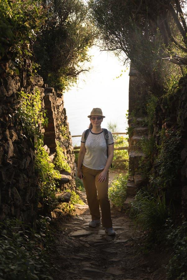 旅行在山的年轻深色的白种人妇女,在意大利北部 库存图片