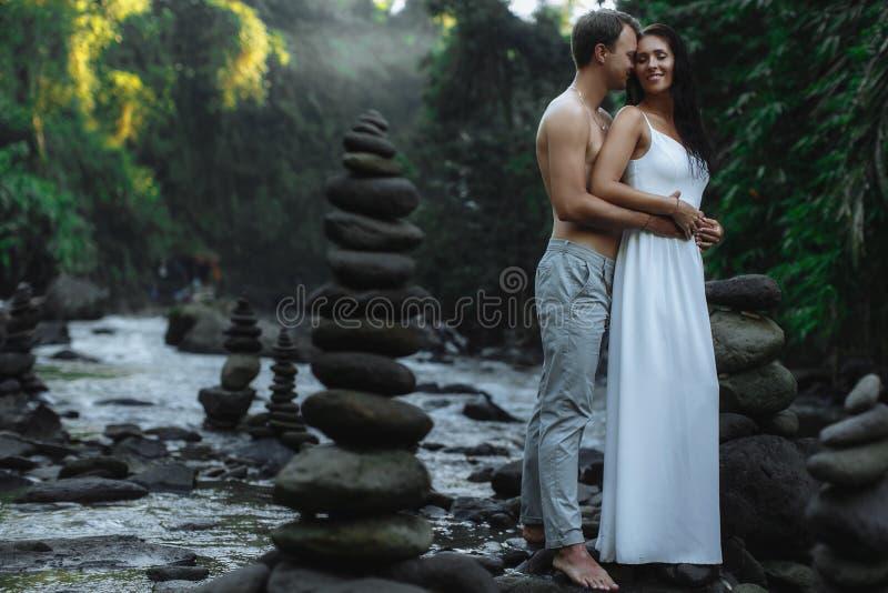 旅行在巴厘岛,在大瀑布附近的Ubud的性感的夫妇 免版税库存图片