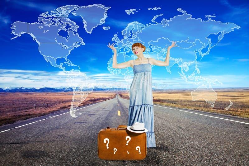 旅行在带着手提箱的路的少妇 免版税库存照片