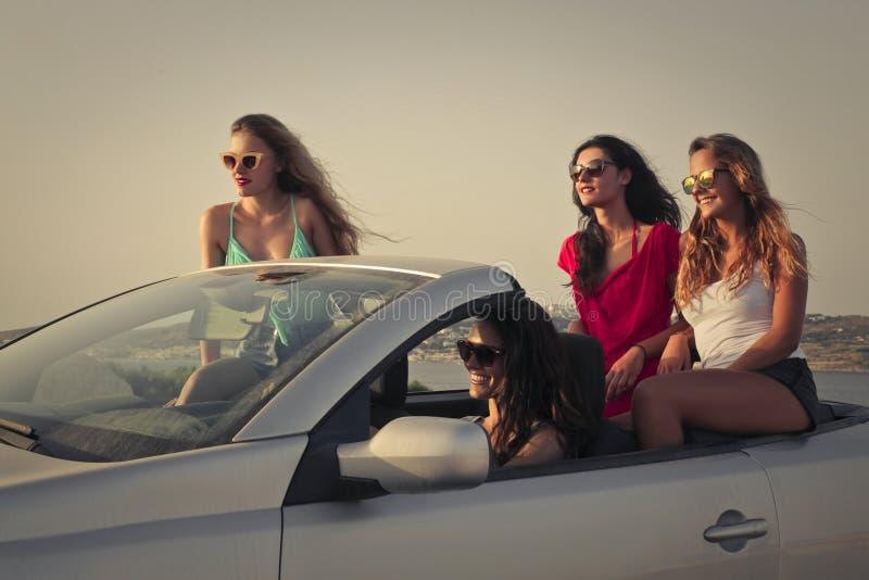 旅行在度假的四个女孩 库存图片