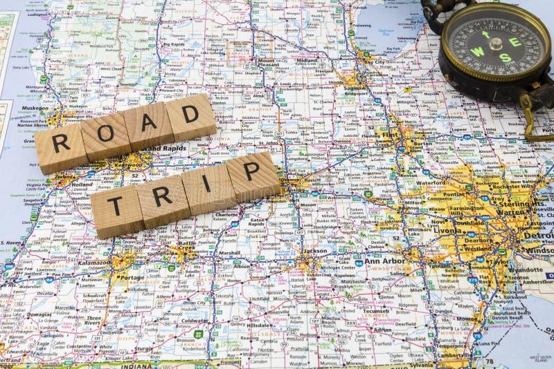 旅行在指南针消息上写字 免版税库存图片