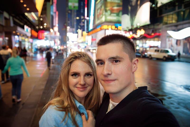旅行在新您的城市和拍selfie照片的愉快的夫妇 免版税库存照片