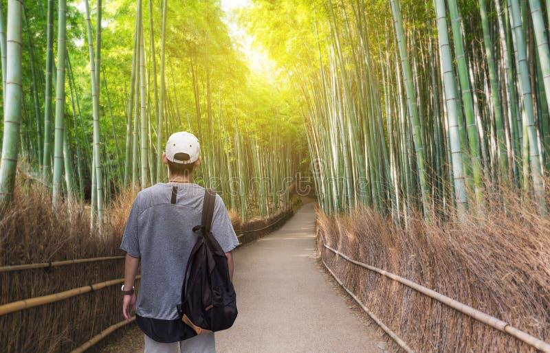 旅行在日本,有旅行在Arashiyama竹森林,著名旅行目的地的背包的一个人在京都日本 免版税库存照片