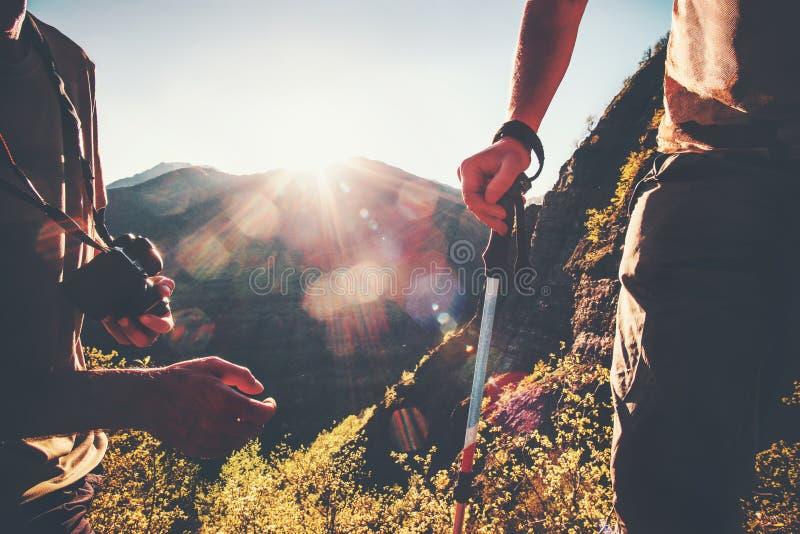 旅行在日落山的远足者游人室外 图库摄影