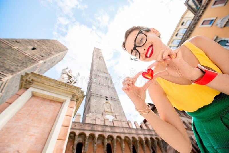 旅行在波隆纳城市的妇女 免版税库存照片
