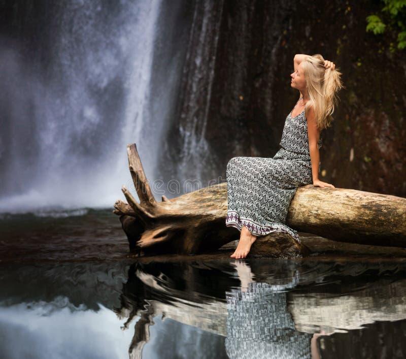 旅行在瀑布附近的少妇 免版税库存图片