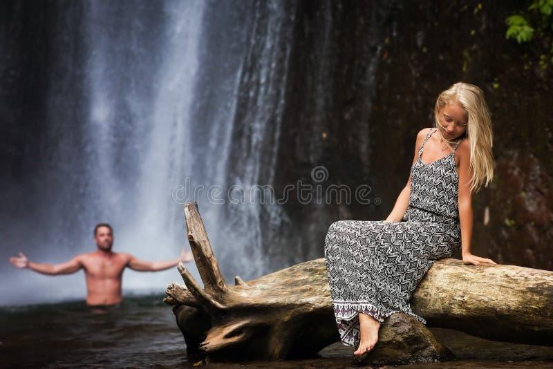 旅行在瀑布附近的少妇 免版税图库摄影