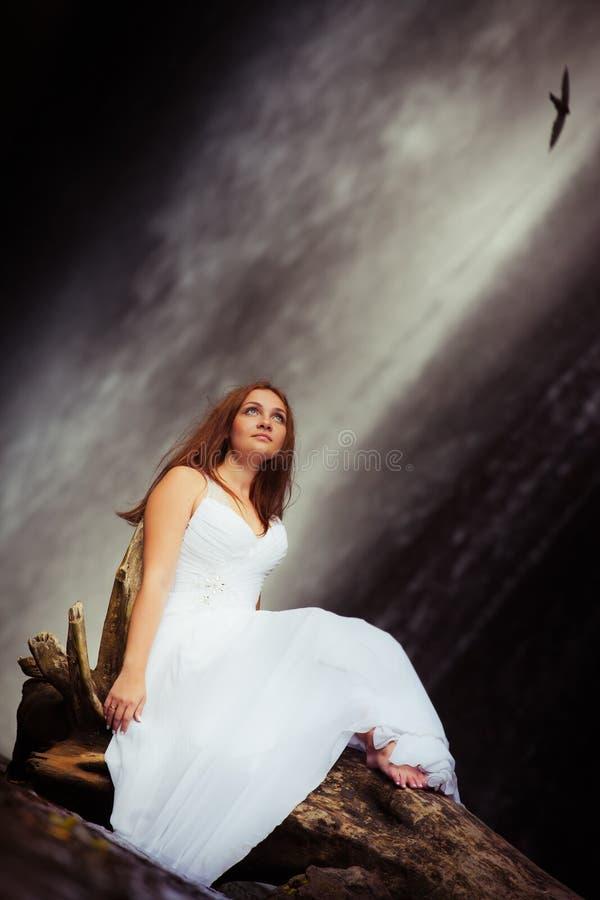 旅行在瀑布附近的少妇 免版税库存照片
