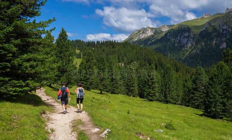 旅行在白云岩阿尔卑斯的夫妇 免版税库存图片