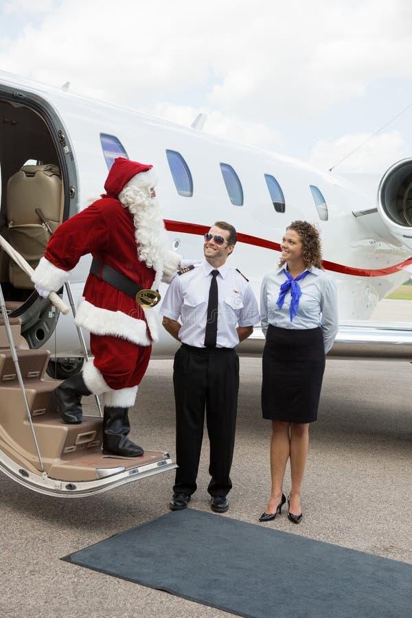 旅行在私人喷气式飞机的圣诞老人 免版税库存图片